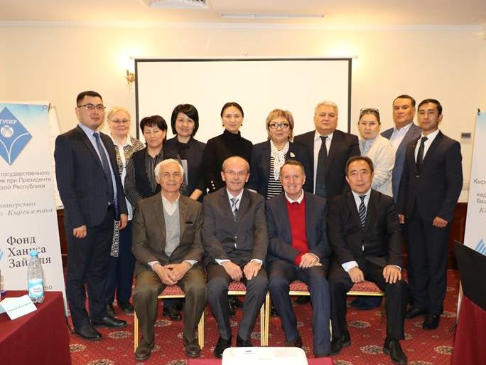 """Vertreter der eingeladenen kirgisischen Institutionen im Seminar zu dem Thema """"Bestimmung der Kompetenzen (Fähigkeiten und Fertigkeiten) von öffentlich und kommunal Bediensteten"""", durchgeführt von Raimund Helfrich"""