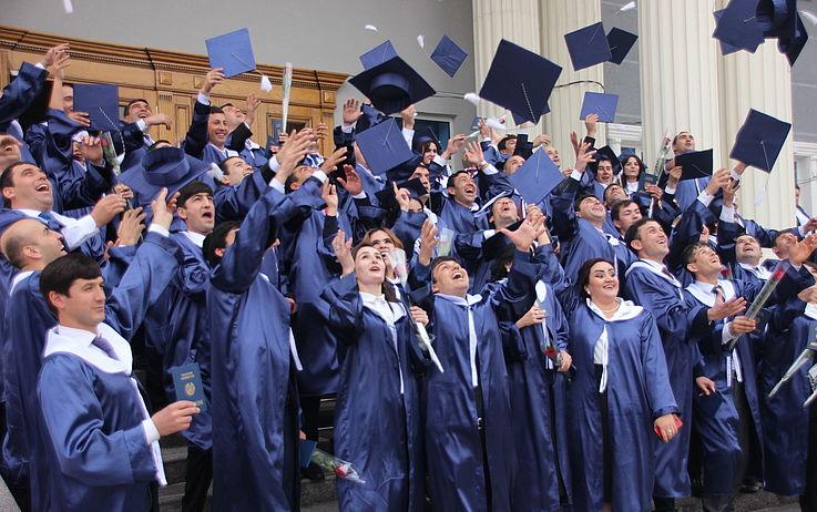 In Duschanbe erhielten 65 Stipendiaten der Hanns-Seidel-Stiftung ihre Master-Diplome