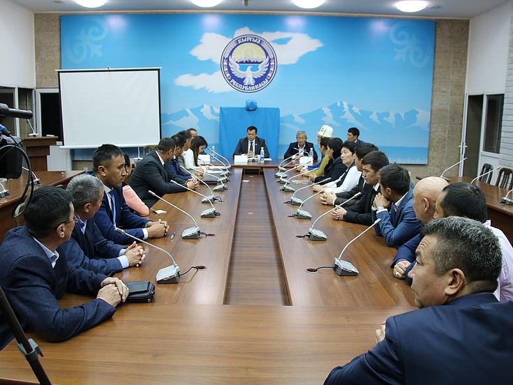 Teilnehmer der Fortbildung mit dem stellv. Parlamentspräsidenten Mirlan Bakirov