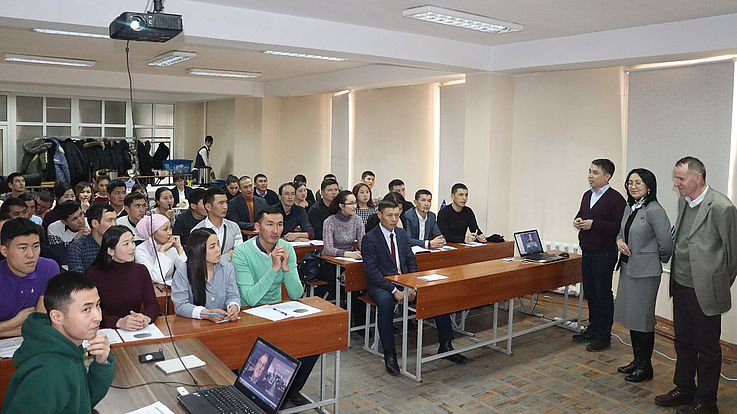 Mehr als 40 Masterstudenten der Akademie für öffentliche Verwaltung unter dem Präsidenten der Kirgisischen Republik nahmen an einem Webinar zur Persönlichkeitsentwicklung teil