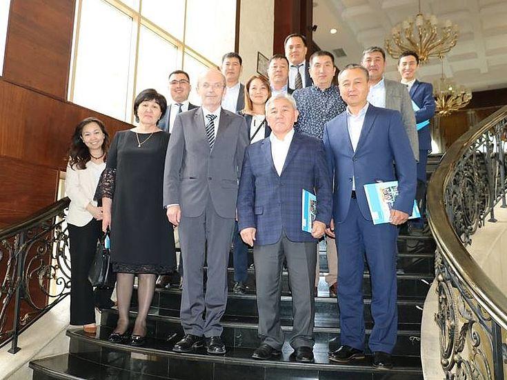 Vertreter der Regierung der Kirgisischen Republik, des Bürgermeisteramts von Bischkek, des Stadtrats von Karakol, der Gemeindeverwaltung von Örök, des Landkreises Sokuluk, sowie der nationalen Akademie für öffentliche Verwaltung in der Kirgisischen Republik