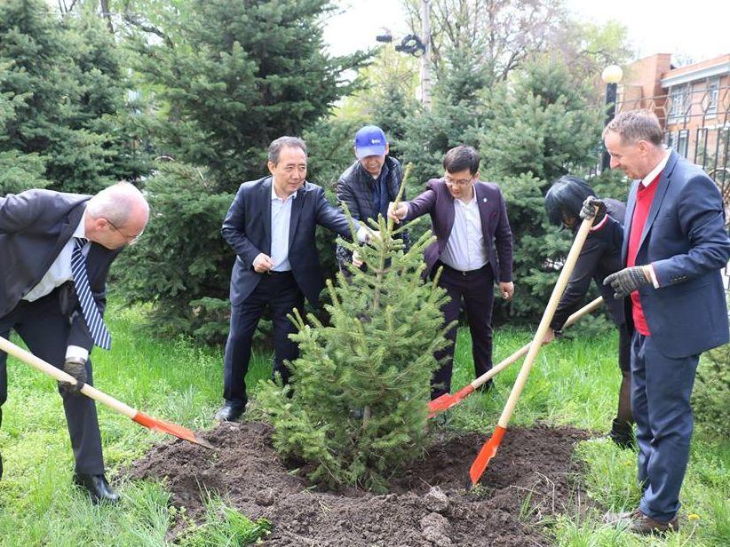 Prozess der Anpflanzung von Freundschaftsbäumen zwischen der HSS und der kirgisischen Verwaltungsakademie