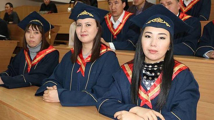 Diplomzeremonie für kirgisische Absolventen der Stipendiaten-Gruppe Lokale Selbstverwaltung 2-17