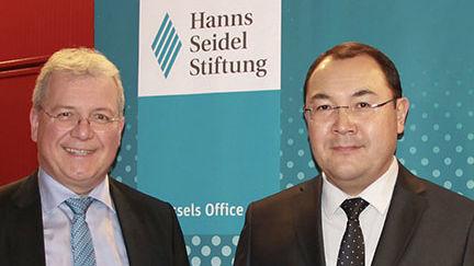 MdEP Markus Ferber, Stellvertretender Vorsitzender der HSS, begrüßt die kirgisische Delegation.