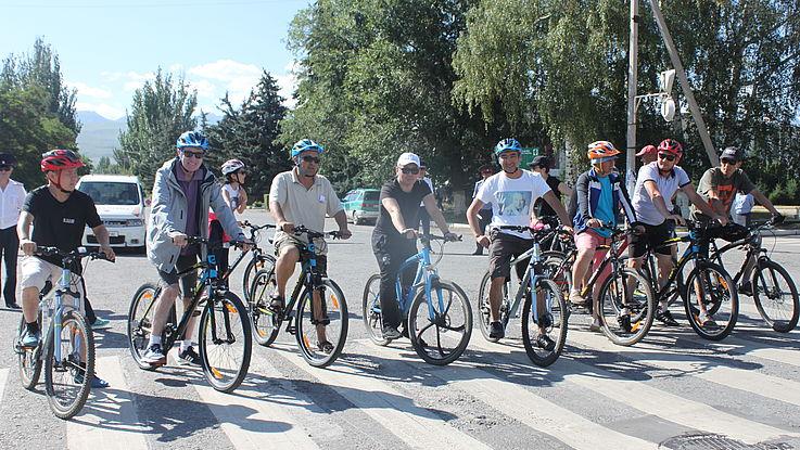 Fahrradtour für Stipendiaten und Freunde der gemeinsamen Programme der kirgisischen Verwaltungsakademie und der Hanns-Seidel-Stiftung (HSS), gewidmet dem 90. Jubiläum des großen kirgisischen Schriftstellers Chingiz Aitmatov
