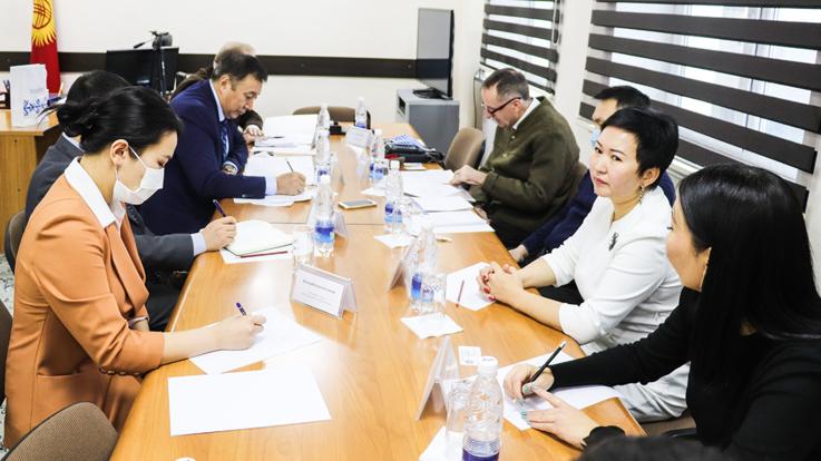 Ein Treffen zwischen dem Leiter der staatlichen Personalagentur, Herrn Abdyrakhman Mamataliev und Vertretern der Hanns-Seidel-Stiftung