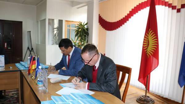 Unterzeichnung des Protokolls während der Übergabe der neuen Publikation (A. T. Nasyrow, Rektor der Akademie für öffentliche Verwaltung unter dem Präsidenten der Kirgisischen Republik, und Dr. Max Georg Meier, der Projektleiter der Hanns-Seidel-Stiftung für Zentralasien)
