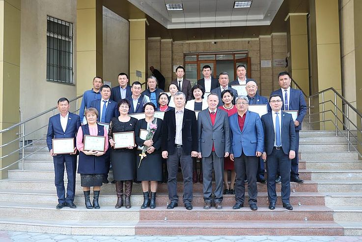 Aushändigung von staatlichen Zertifikaten an die Teilnehmer der 72-Stunden-Fortbildungskurse