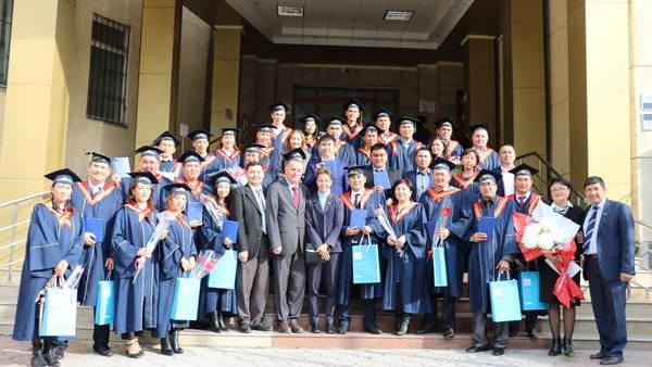 Absolventen der gemeinsamen Masterprogramme der Akademie für öffentliche Verwaltung unter dem Präsidenten der Kirgisischen Republik und der Hanns-Seidel-Stiftung