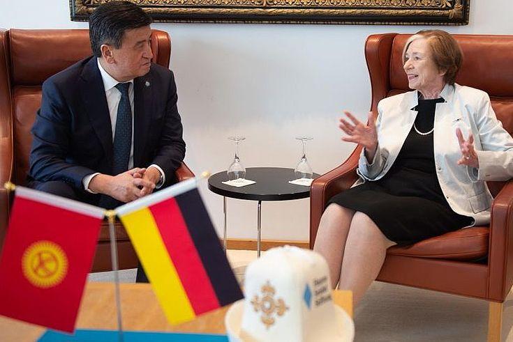 Der Präsident der Kirgisischen Republik, Sooronbai Jeenbekov, mit der HSS-Vorsitzenden Frau Prof. Ursula Männle